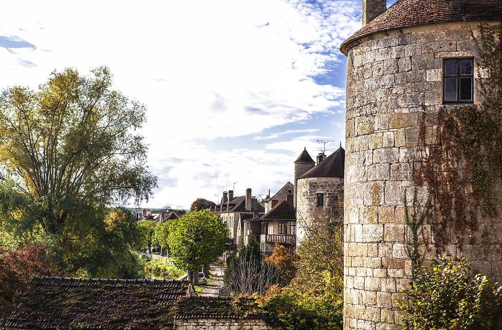 Les remparts de Noyers-sur-Serein dans le département de l'Yonne en Bourgogne. Un des plus beau village de France. Photo de Jacques Bravo