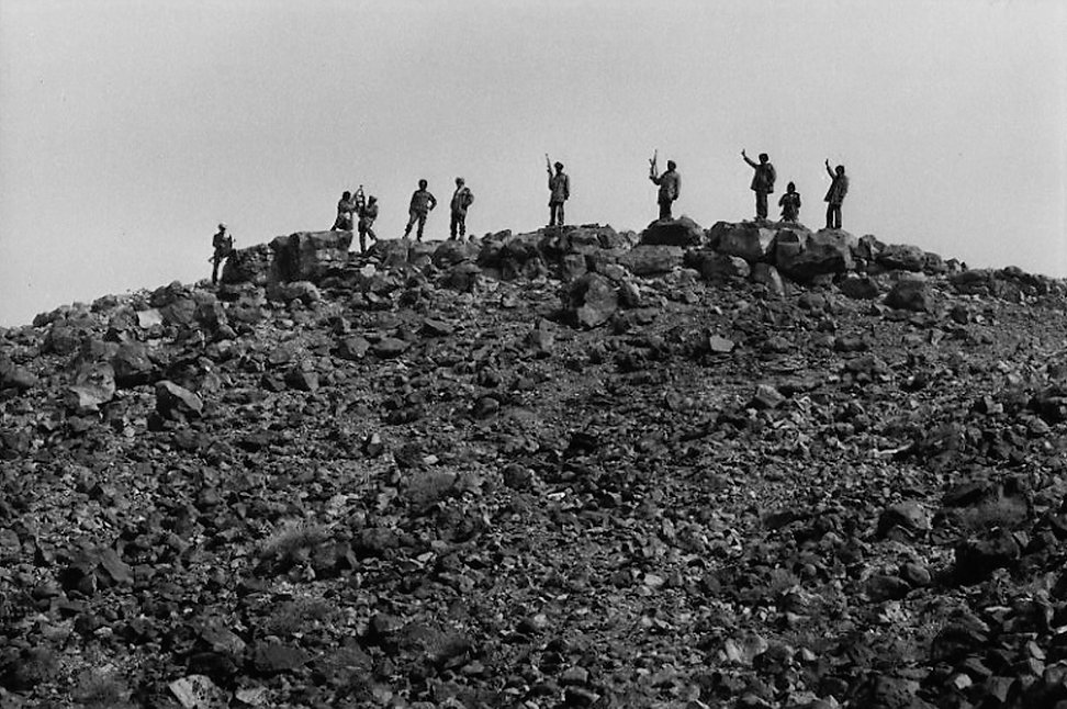 Front Polisario. dans le désert. Maroc. Photographies de Jacques Bravo. Soldats  dans le désert avec une kalachnikov