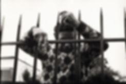 L'hôpital de province, le théatre de l'oubli. Photographies de Jacques Bravo. un homme derriere une grille