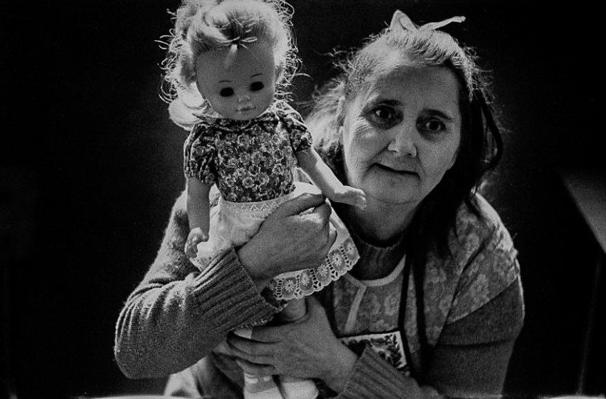 L'hôpital de province, le théatre de l'oubli. Photographies de Jacques Bravo. Vieille femme et sa poupée