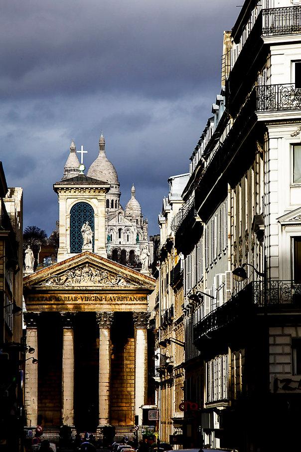 Notre-Dame de Lorette et la Basilique du Sacré-Coeur de Montmartre depuis la rue Laffitte