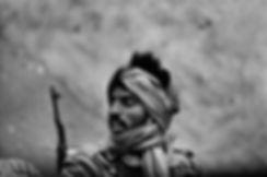 Front Polisario. Amgala. Maroc. Photographies de Jacques Bravo. Soldats dans le désert avec une kalachnikov