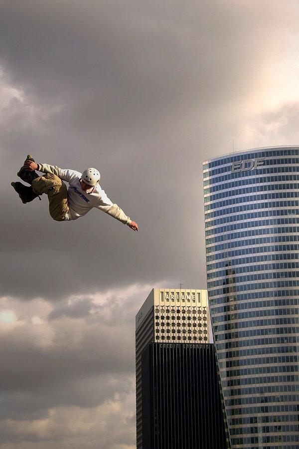 Paris La défense, Jacques Bravo, roller, tour EDF, saut, casque, tour Ariane,
