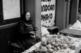 Une marchande de légumes dans les rues de Budapest