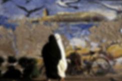 deux femmes passant devant une peinture murale à Essaouira au Maroc. photo Jacques Bravo