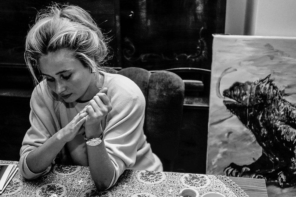 La peintre Monicka Raynai à Budapest. Photogrphie de Jacques Bravo