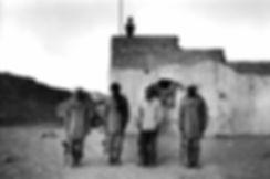 Front Polisario. Amgala. Maroc. Photographies de Jacques Bravo. Soldats au garde a vous à la montée du drapeau