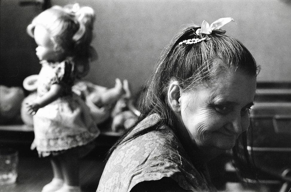 L'hôpital de province, le théatre de l'oubli. Photographies de Jacques Bravo. Une femme et sa poupée