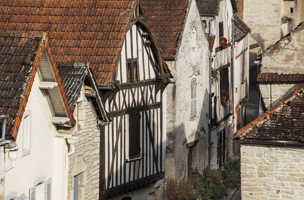 Le village de Noyers-sur-Serein dans le département de l'Yonne en Bourgogne. Un des plus beau village de France. Photo de Jacques Bravo