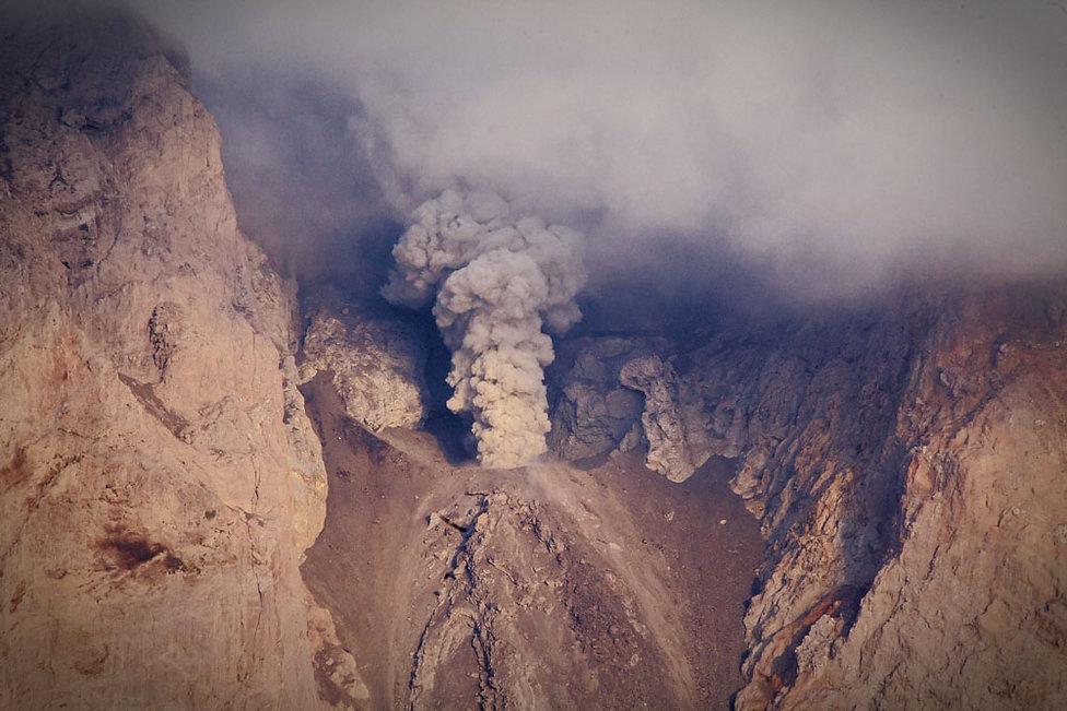 Le cratère du volcan de l'ile volcanique de Komba en Indonesie, Jacques Bravo