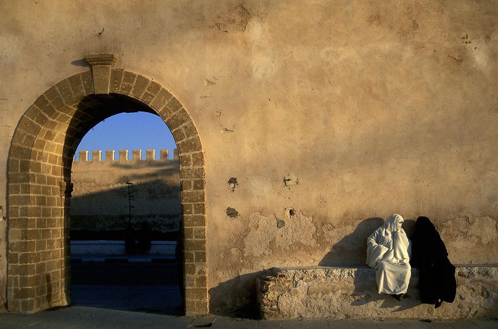 femmes devant remparts Essaouira, Maroc. Jacques Bravo