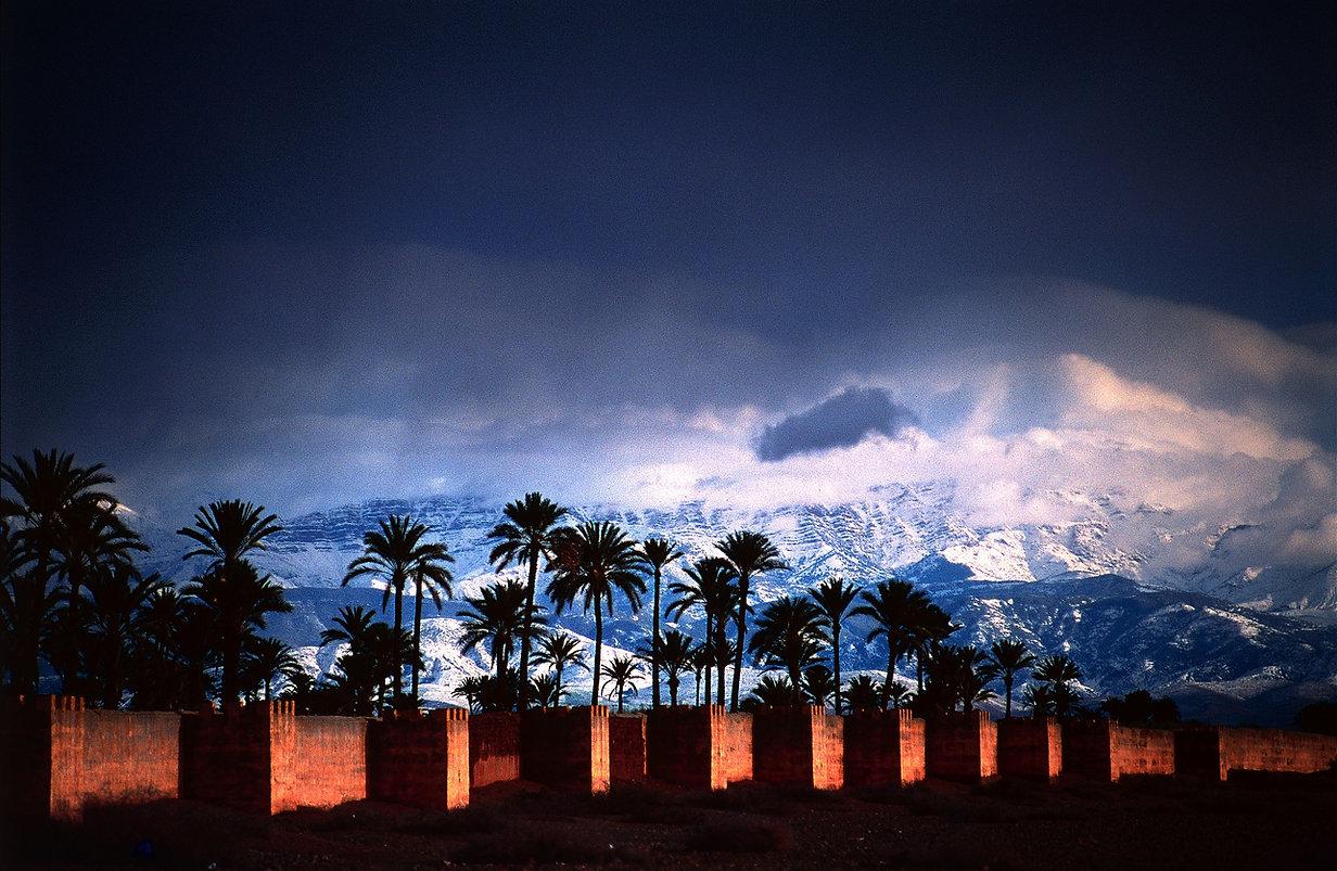 Découvrez les carnets de voyages du photographe Jacques Bravo. Des remparts de marrakech aux sommets enneigés du Haut-Atlas.