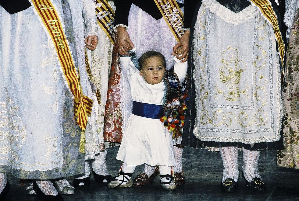 Défilé des femmes et enfants vers la Vierge desdésemparés pendant les fallas de Valence en Espagne. Photographie de Jacques Bravo