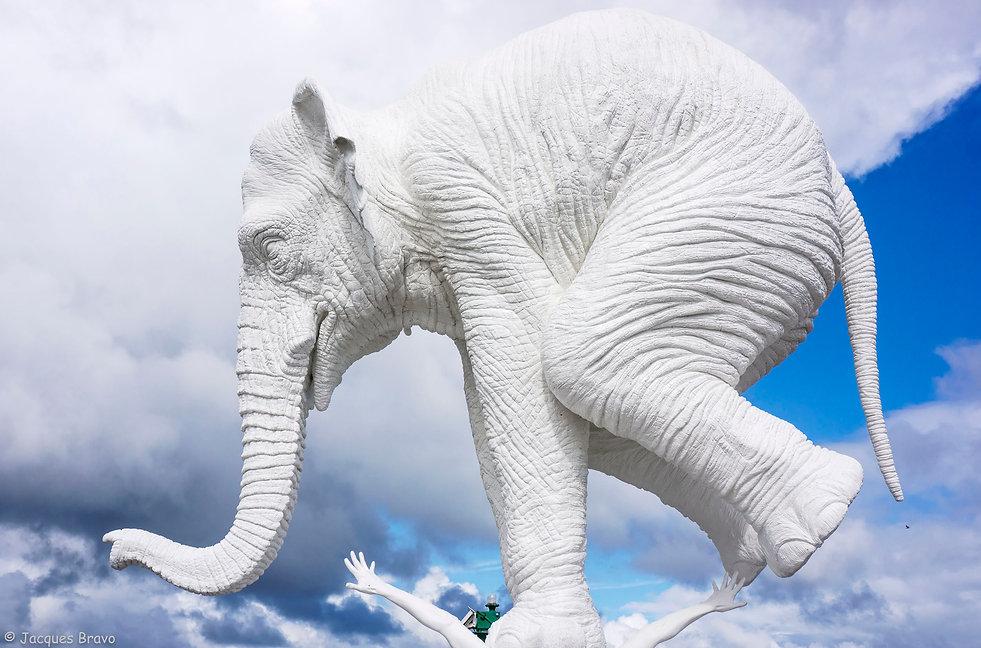 """La sculpture """"À l'origine"""", oeuvre de l'artisteFabien Mérellereprésentantun éléphant en équilibre sur le dos d'un homme"""