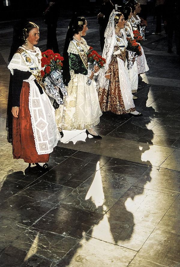 Procession de la Vierge desdésemparés pendant les fallas de Valence en Espagne. Photographie de Jacques Bravo