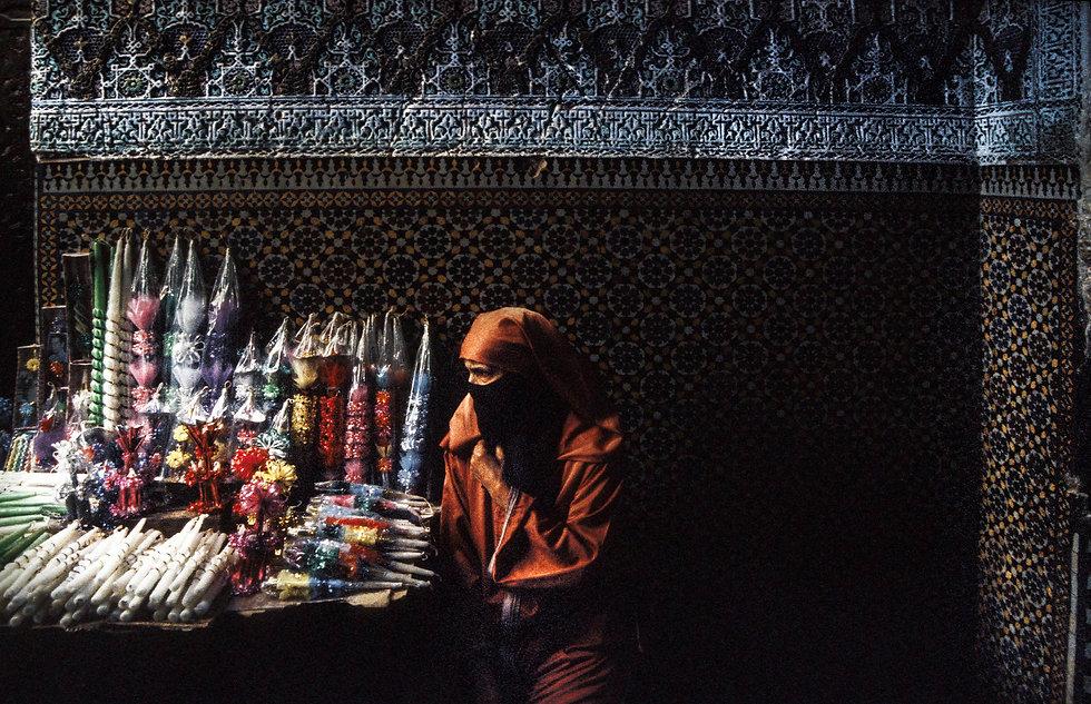 Une marchande de cierges devant lemausolée Moulay Idriss.