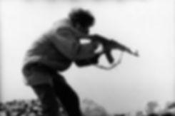 Front Polisario. Amgala. Maroc. Photographies de Jacques Bravo. Soldat tirant dans le désert avec une kalachnikov