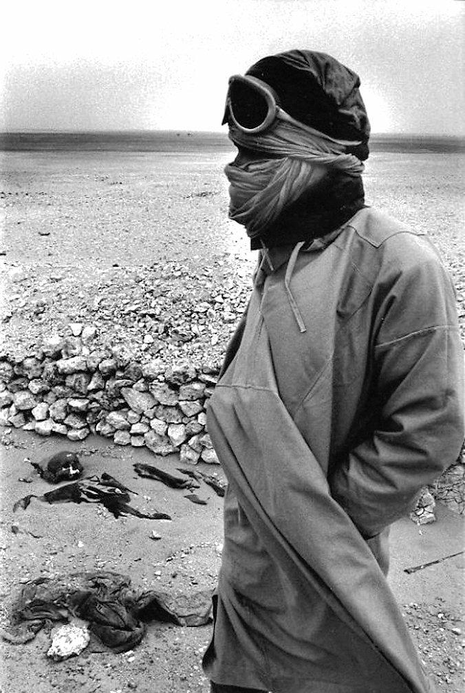 Front Polisario. Mahbès. Maroc. Photographies de Jacques Bravo. Combattant devant un cadavre