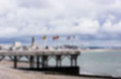 Le Havre vu depuis la plage, ponton, drapeaux, église du Havre