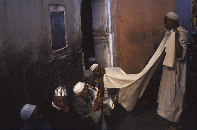souk_vente_criée_tissus.Marrakech, Maroc, Jacques Bravo