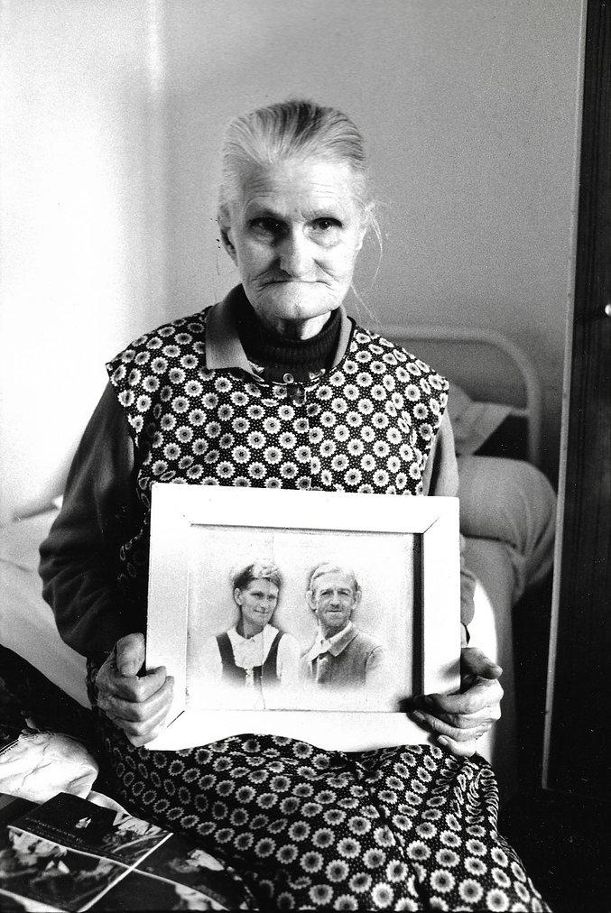 L'hôpital de province, le théatre de l'oubli. Photographies de Jacques Bravo.  Une femme tenant le portrait de couple
