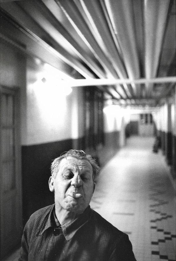 L'hôpital de province, le théatre de l'oubli. Photographies de Jacques Bravo. Homme grimacant