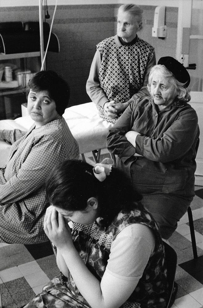 L'hôpital de province, le théatre de l'oubli. Photographies de Jacques Bravo. quatre femmes regardant la tele