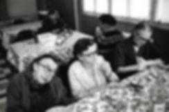 L'hôpital de province, le théatre de l'oubli. Photographies de Jacques Bravo. trois femmes dans un refectoire d'hôpital