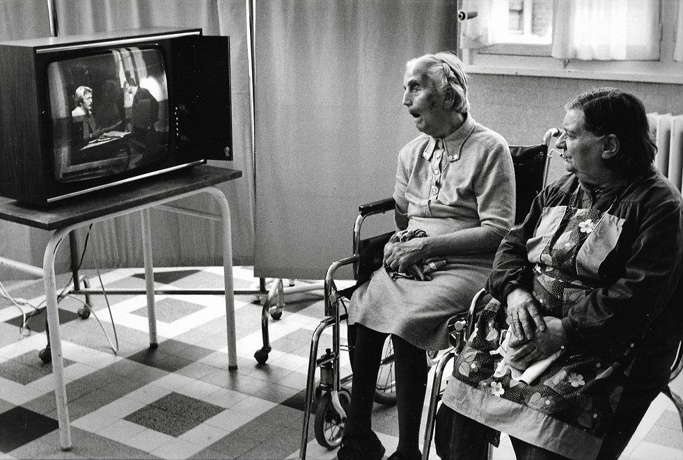 L'hôpital de province, le théatre de l'oubli. Photographies de Jacques Bravo. deux femmes dont une aveugle regardent la tele