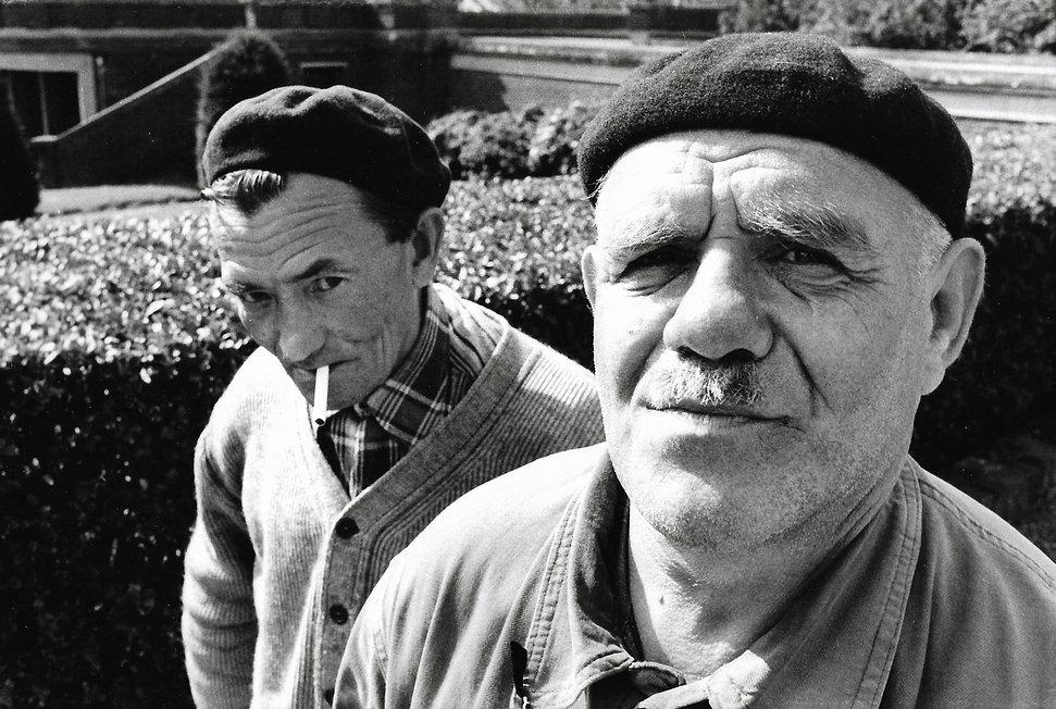 L'hôpital de province, le théatre de l'oubli. Photographies de Jacques Bravo. deux hommes avec bérets