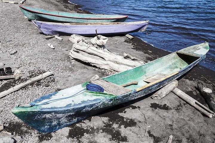 Campement de Pêcheur sur l'ile volcanique de Komba en Indonesie, Jacques Bravo