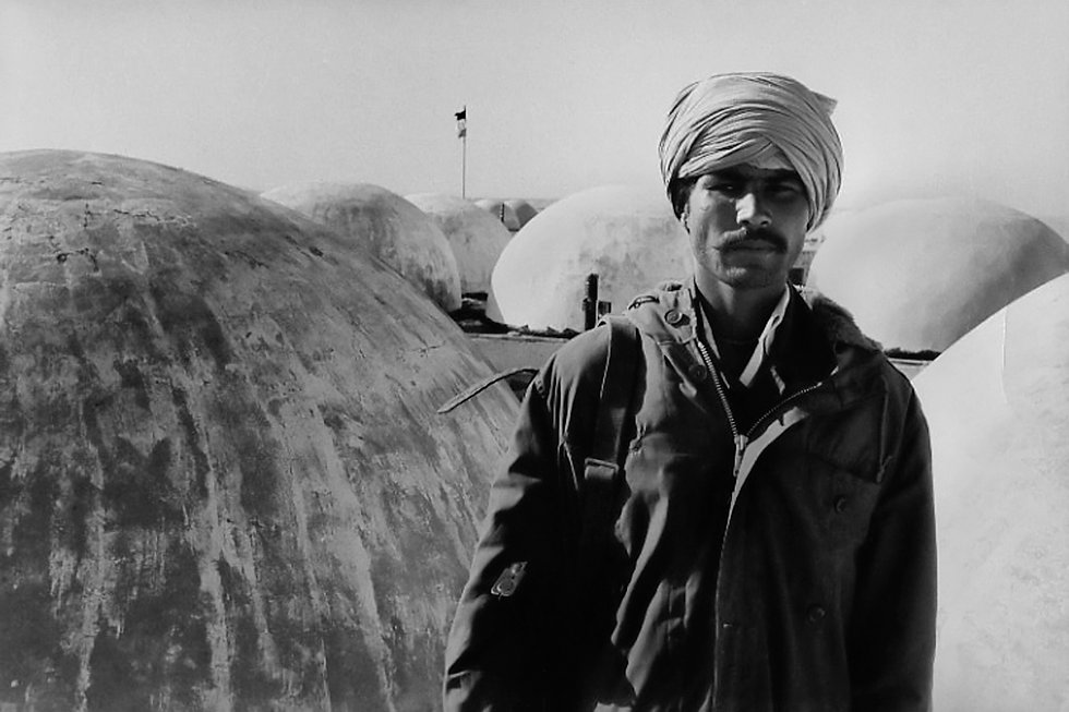 Front Polisario. Bire Enzaran. Maroc. Photographies de Jacques Bravo. Combattant sur un toit