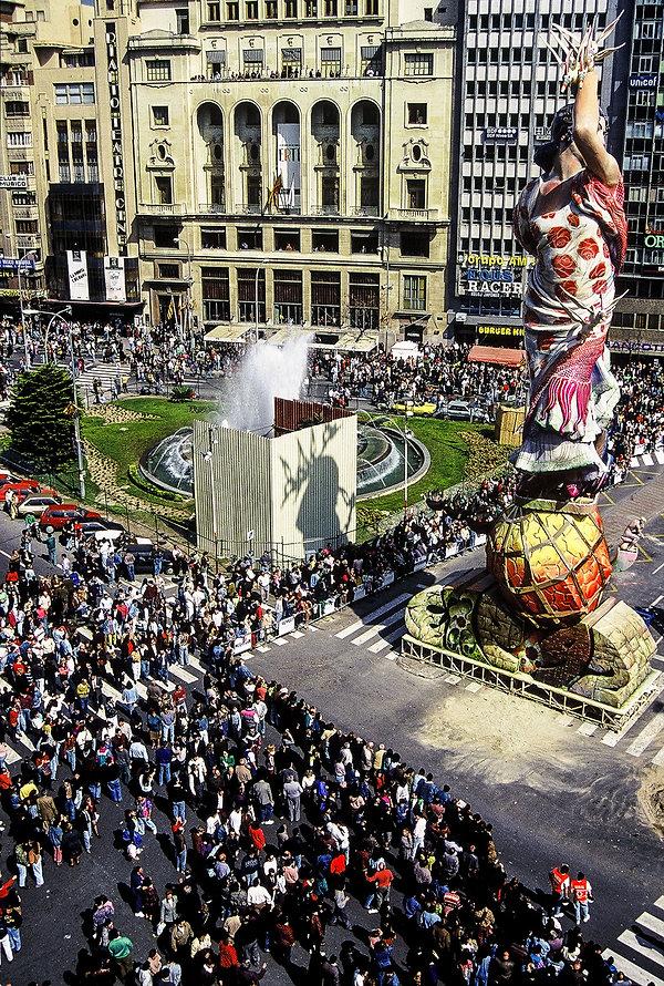 Une monumentale sculpture pendant les fallas de Valence en Espagne.Photographies de Jacques Bravo