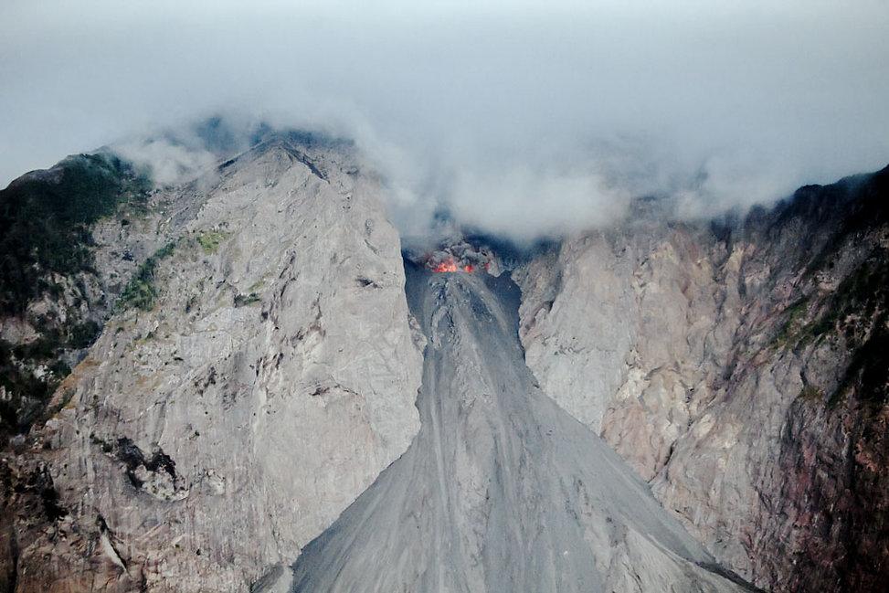 Éruption du volcan  sur l'ile volcanique de Komba en Indonesie, Jacques Bravo, évocation du Mordor