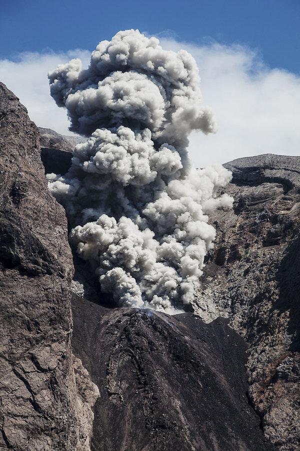 2ruption du volcan Komba sur l'ile volcanique de Komba en Indonesie, Jacques Bravo, évocation du Mordor