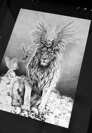 Löwe mit Schädeln