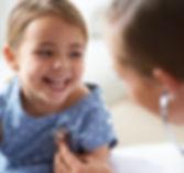 Niña adorable con el pediatra