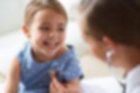 Förtjusande flicka med barnläkare