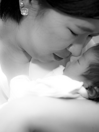 New mom Lifestyle photography in Bangkok Thailand.