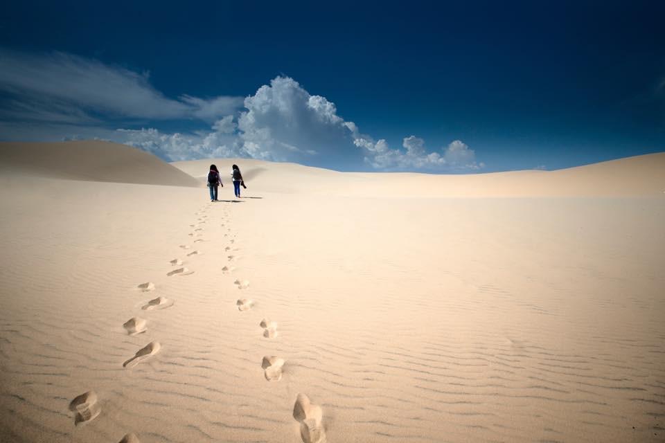 White Sand Dunes Phan Thiet Vietnam,Pre wedding couple in Vietnam,Photographer by Mansri Monkaew