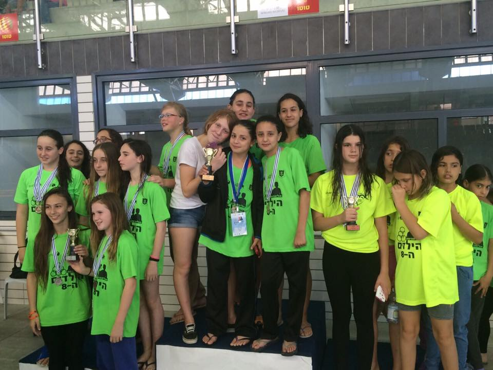 גביע המקום הראשון באולימפיאדה מונף על ידי הבנות.jpg