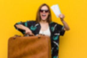 jeune-femme-prete-partir-vacances-fond-j