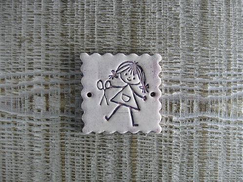 Médaillon carré céramique petite fille thème couture