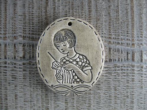 Médaillon ovale céramique tricoteuse rétro