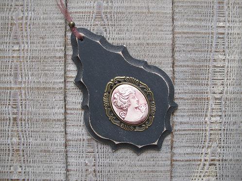 Pampille en bois noir usé, camée céramique