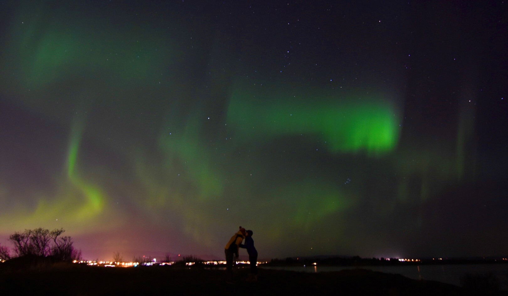 kiss under the northern lights in Kriunes hotel