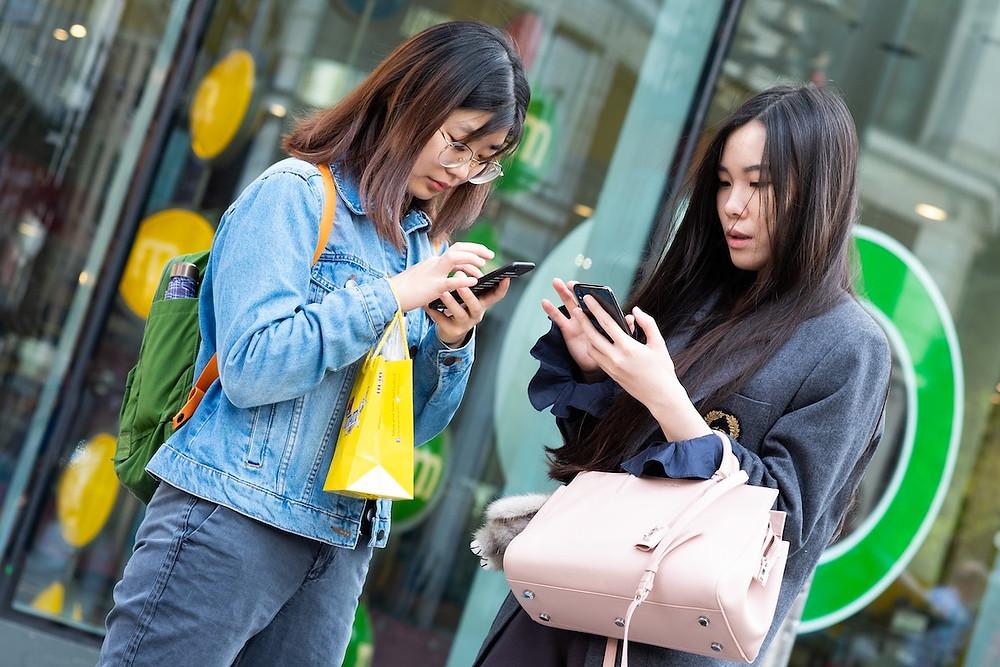 Garotas com celular