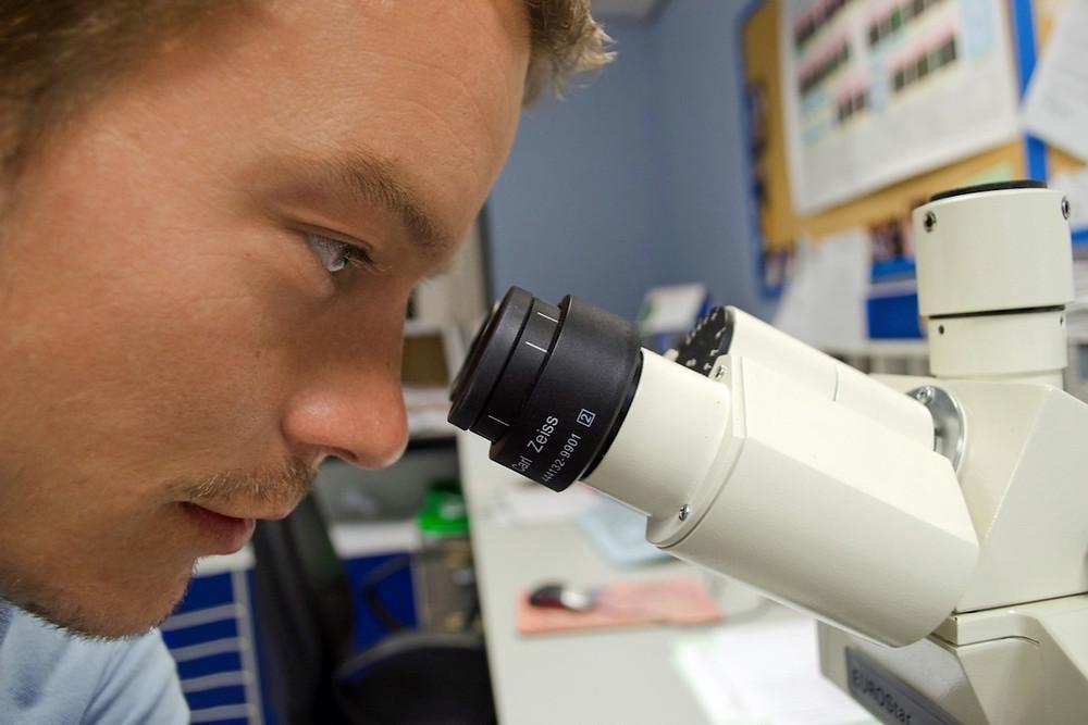 Cientista com seu equipamento de trabalho