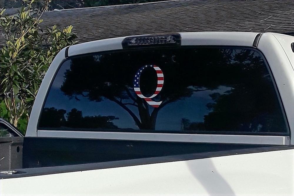 Adesivo do QAnon nos EUA