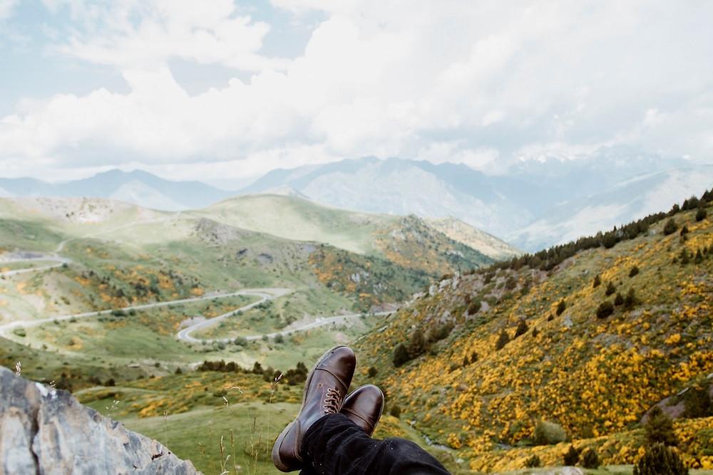 Pés para o ar num cenário de montanha